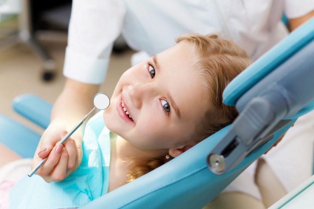 Kind bei der Behandlung in der Zahnarztpraxis