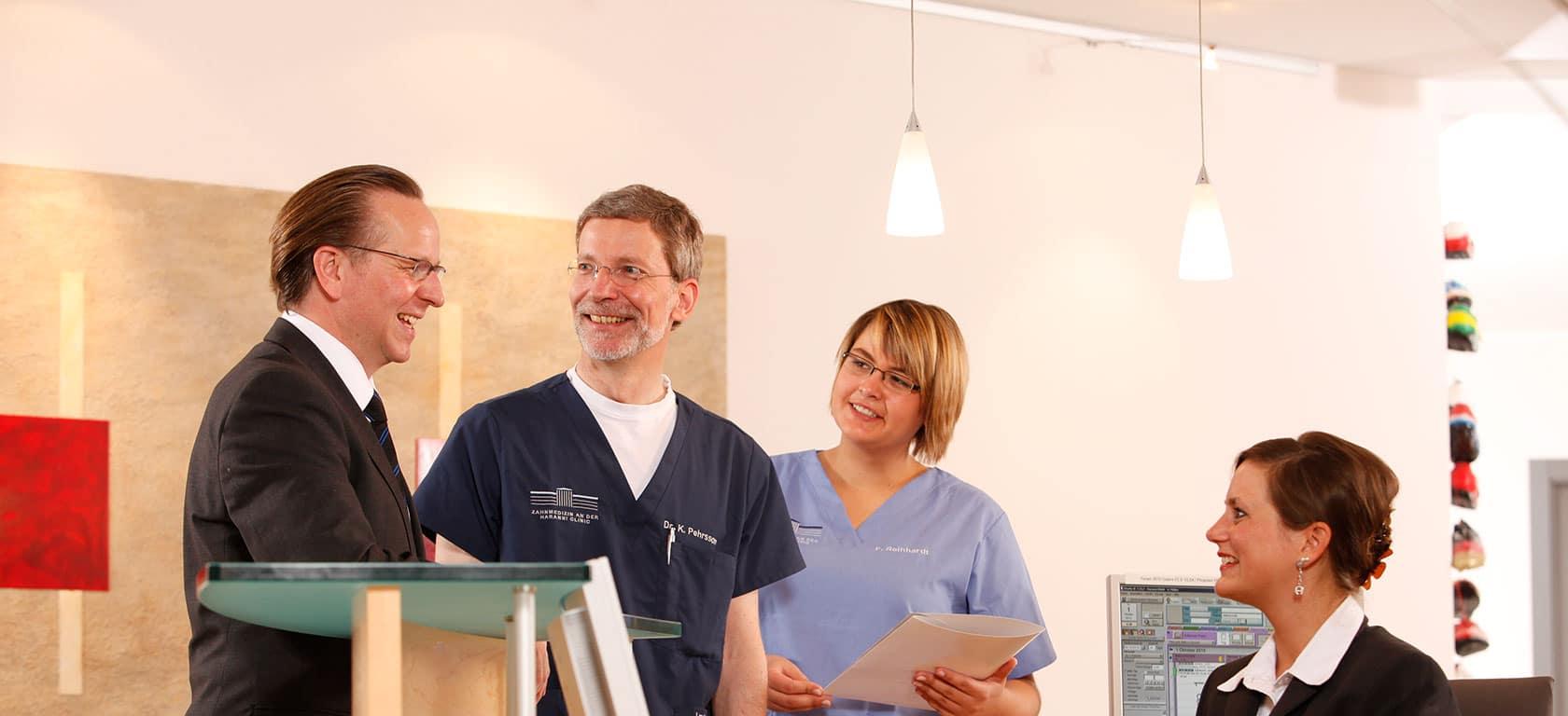 Dr. Pehrsson mit Team an der Haranni Clinic
