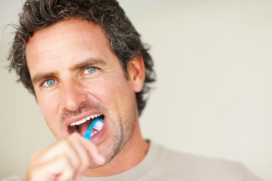 Mann beim richtig Zähneputzen